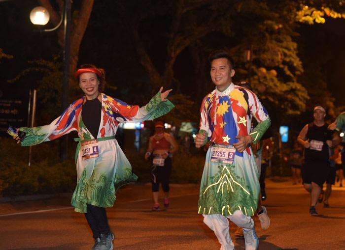 MC Huy Hoàng chơi hẳn áo dài chạy marathon cự ly 21km-5