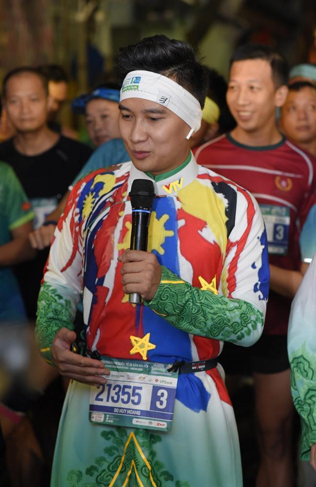 MC Huy Hoàng chơi hẳn áo dài chạy marathon cự ly 21km-1