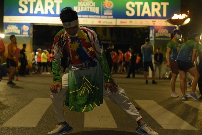 MC Huy Hoàng chơi hẳn áo dài chạy marathon cự ly 21km-2