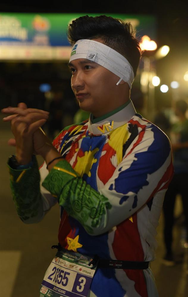 MC Huy Hoàng chơi hẳn áo dài chạy marathon cự ly 21km-3