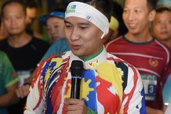 MC Huy Hoàng 'chơi' hẳn áo dài chạy marathon cự ly 21km