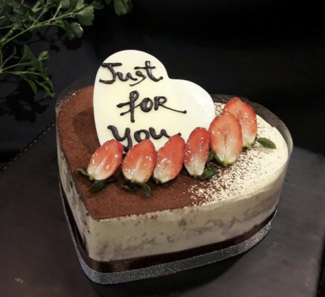 Quỳnh Kool làm bánh kem cực dị nhưng chống chế rắc bột trông sẽ đẹp hơn, netizen đợi mòn dép-3