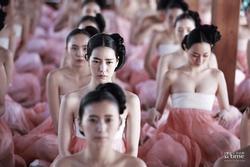 Phim cổ trang Hàn bị chỉ trích nặng nề khi biến tấu quốc phục hở hang