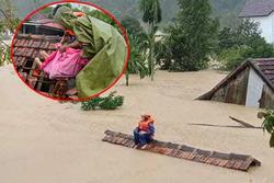 Người dân vùng lũ ngâm mình trong nước, ngồi nóc nhà chờ cứu hộ