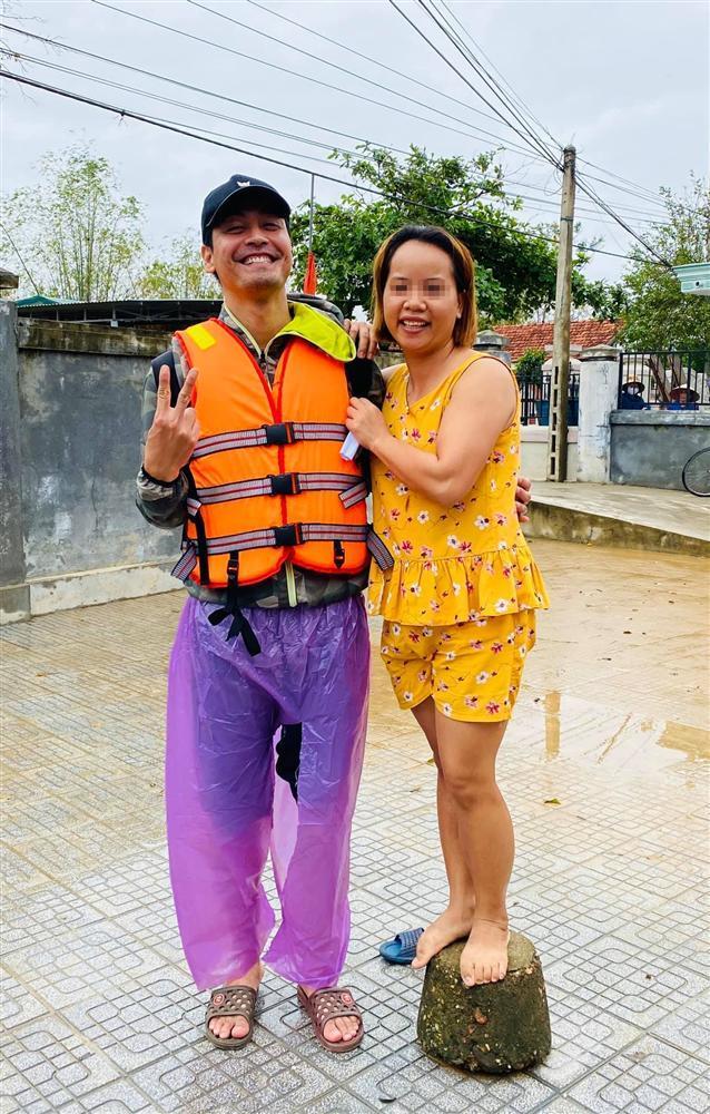 Hình ảnh đầu tiên của MC Phan Anh trong hành trình cứu trợ lũ lụt miền Trung-1