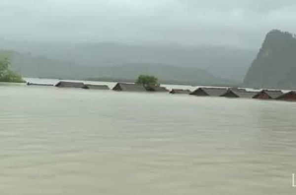 Hàng loạt ngôi nhà sắp bị nuốt cả phần mái trong cơn đại hồng thủy ở Quảng Bình-4
