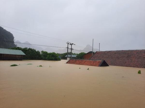 Hàng loạt ngôi nhà sắp bị nuốt cả phần mái trong cơn đại hồng thủy ở Quảng Bình-2