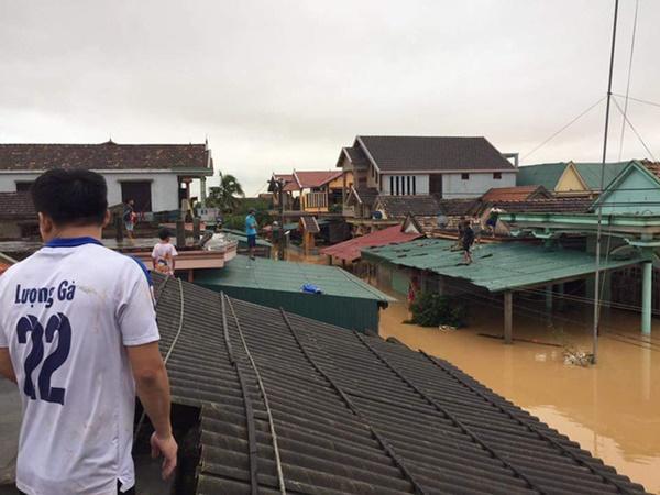 Hàng loạt ngôi nhà sắp bị nuốt cả phần mái trong cơn đại hồng thủy ở Quảng Bình-6