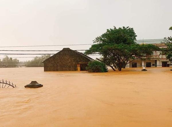 Hàng loạt ngôi nhà sắp bị nuốt cả phần mái trong cơn đại hồng thủy ở Quảng Bình-13