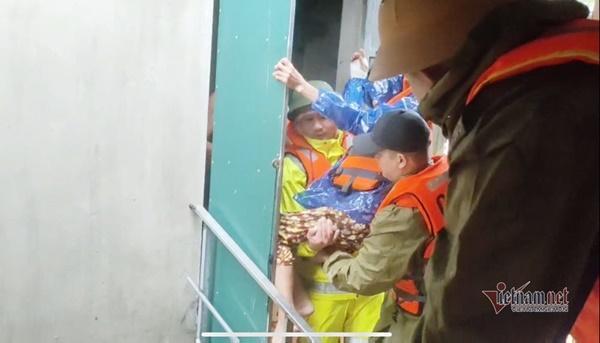 Giải cứu cụ già bị gãy cả tay cả chân khỏi rốn lũ Quảng Bình-1