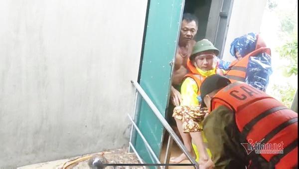 Giải cứu cụ già bị gãy cả tay cả chân khỏi rốn lũ Quảng Bình-2
