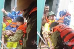 Giải cứu cụ già bị gãy cả tay cả chân khỏi rốn lũ Quảng Bình