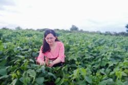 Con gái khoe khu vườn lủng lỉu hoa thơm trái ngọt của 'ba siêu nhân' khiến cả nhà tự hào