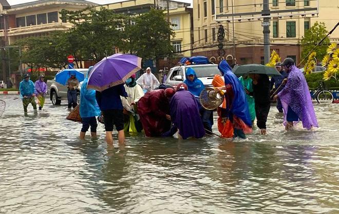 Ngập nặng, người dân TP Hà Tĩnh dùng bu gà, vợt tự chế ra đường bắt cá-2