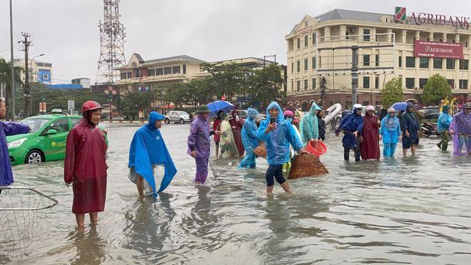 Ngập nặng, người dân TP Hà Tĩnh dùng bu gà, vợt tự chế ra đường bắt cá-1