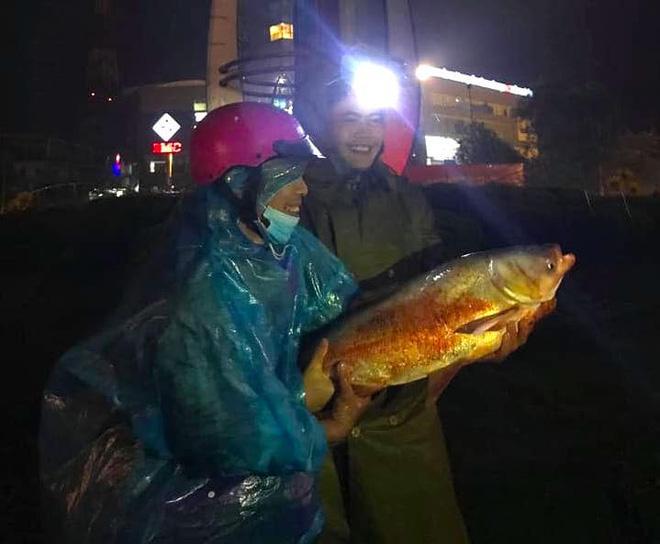 Ngập nặng, người dân TP Hà Tĩnh dùng bu gà, vợt tự chế ra đường bắt cá-4