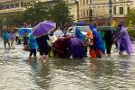 Ngập nặng, người dân TP Hà Tĩnh dùng bu gà, vợt tự chế ra đường bắt cá