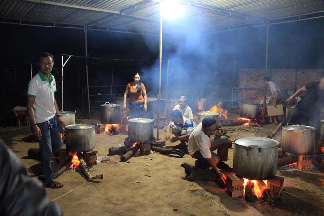 Bà con trắng đêm nấu bánh chưng cứu trợ người dân vùng lũ miền Trung-10