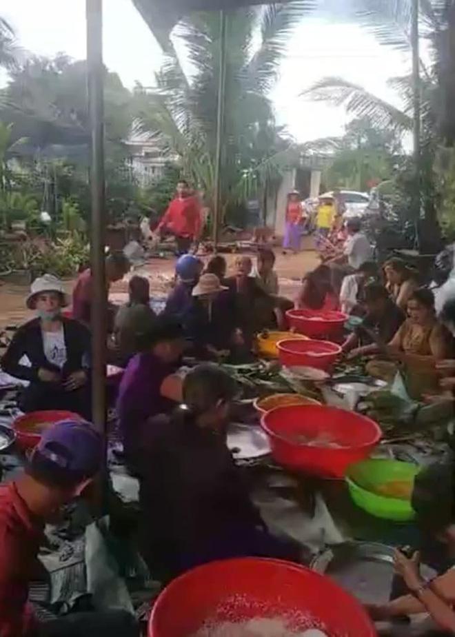 Bà con trắng đêm nấu bánh chưng cứu trợ người dân vùng lũ miền Trung-16