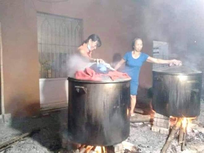 Bà con trắng đêm nấu bánh chưng cứu trợ người dân vùng lũ miền Trung-19