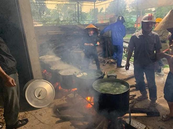 Bà con trắng đêm nấu bánh chưng cứu trợ người dân vùng lũ miền Trung-8