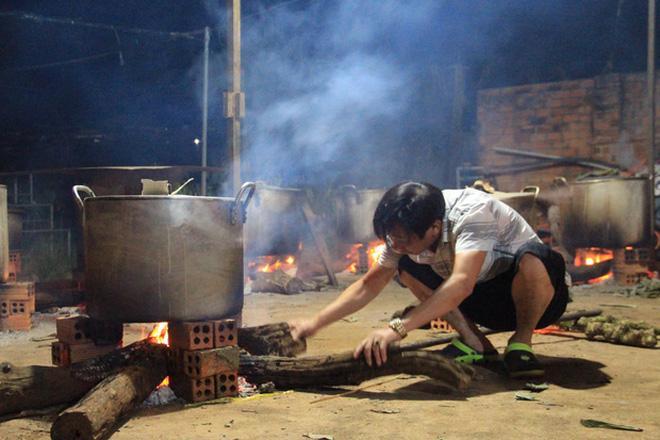Bà con trắng đêm nấu bánh chưng cứu trợ người dân vùng lũ miền Trung-9