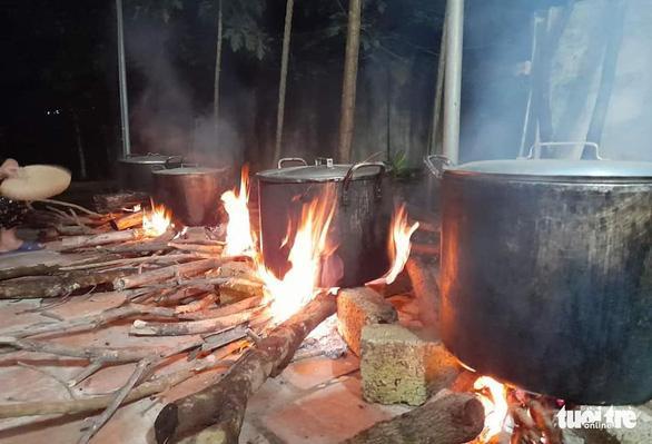 Bà con trắng đêm nấu bánh chưng cứu trợ người dân vùng lũ miền Trung-2