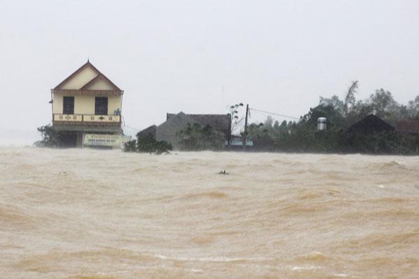 Lũ ở Hà Tĩnh đạt đỉnh, miền Trung tiếp tục mưa lớn-1