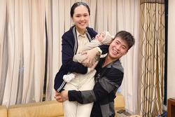Duy Mạnh nhấc bổng Quỳnh Anh và con trai, gương mặt không quan tâm của bé Ú gây chú ý