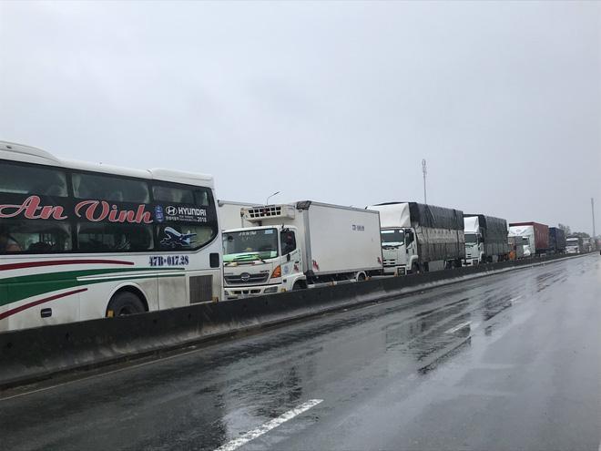 Quốc lộ 1A qua Hà Tĩnh ngập sâu, hàng trăm chiếc xe chôn chân tại chỗ-4