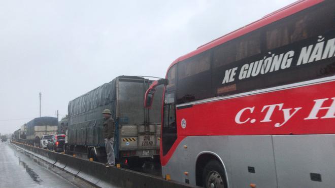 Quốc lộ 1A qua Hà Tĩnh ngập sâu, hàng trăm chiếc xe chôn chân tại chỗ-6