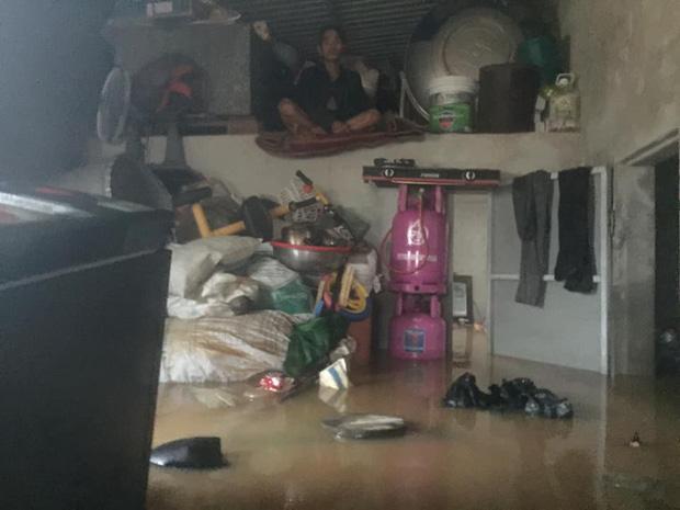 Gia đình 6 người mắc kẹt trong nhà khuất tầm nhìn, thanh niên lên mạng cầu cứu-2