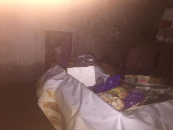 Gia đình 6 người mắc kẹt trong nhà khuất tầm nhìn, thanh niên lên mạng cầu cứu-4