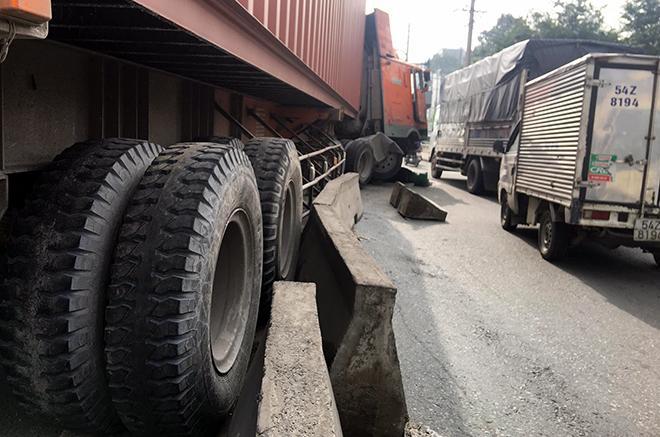 Container đâm vào dải phân cách, dầu nhớt tóe ra đường nhiều xe đi sau trượt ngã-1