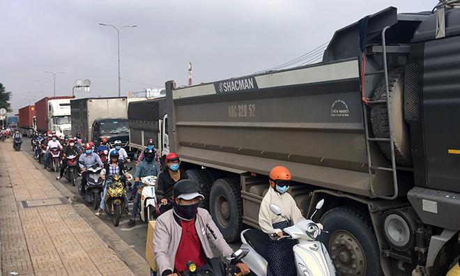 Container đâm vào dải phân cách, dầu nhớt tóe ra đường nhiều xe đi sau trượt ngã-3