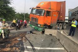 Container đâm vào dải phân cách, dầu nhớt tóe ra đường nhiều xe đi sau trượt ngã