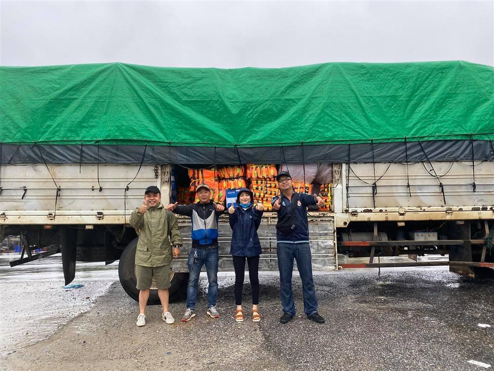 Xe từ thiện của Hòa Minzy bị người dân ném đá vỡ kính-2