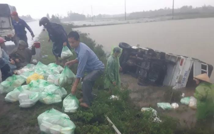 Quảng Trị: Lật xe chở cơm hộp cứu trợ đồng bào lũ lụt-1