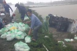 Quảng Trị: Lật xe chở cơm hộp cứu trợ đồng bào lũ lụt
