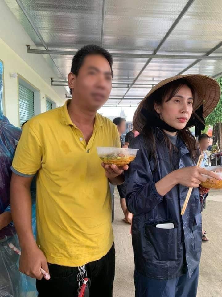 Hình ảnh Thủy Tiên mặt bơ phờ đứng ăn vội bữa lót dạ khi đi cứu trợ gây xôn xao-2