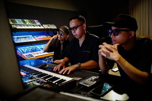Tóc Tiên dỗi hờn khi Touliver bị Rap Việt hành cho... bận sấp mặt-1