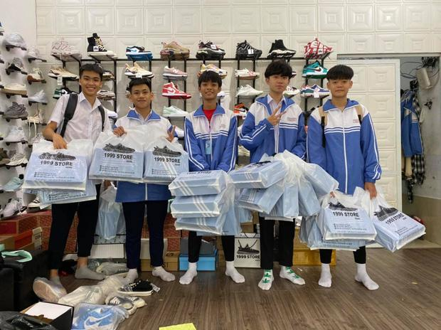 Lớp học chịu chơi nhất 20/10: Con trai chi số tiền khủng mua 25 đôi giày hiệu tặng các bạn nữ-3