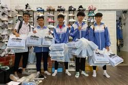 Lớp học chịu chơi nhất 20/10: Con trai chi số tiền khủng mua 25 đôi giày hiệu tặng các bạn nữ