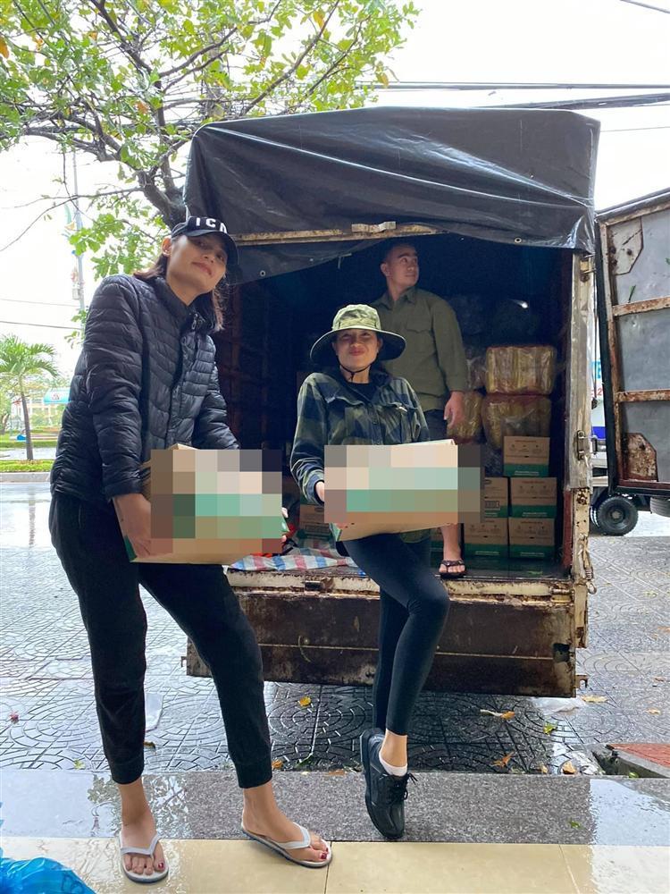 Đoàn cứu trợ của người mẫu Lê Thúy bị nhận xét từ thiện xảo trá-2