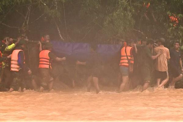 Clip: Thót tim xem cảnh băng rừng, vượt suối đưa thi thể Đại úy Công an hy sinh vì cứu người về đất mẹ-1