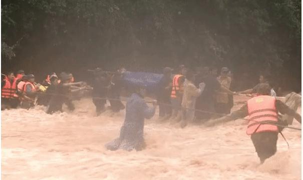 Clip: Thót tim xem cảnh băng rừng, vượt suối đưa thi thể Đại úy Công an hy sinh vì cứu người về đất mẹ-3