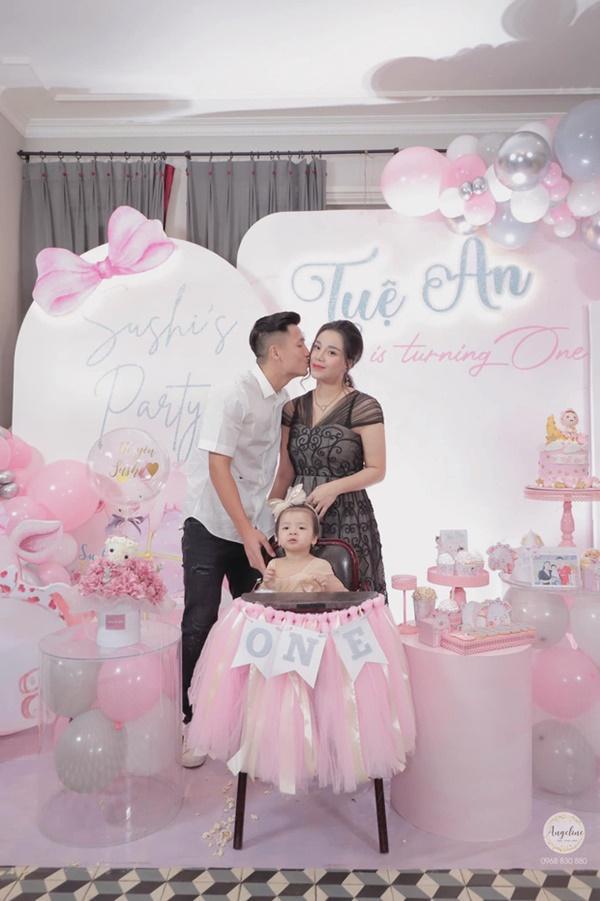 Bùi Tiến Dũng tổ chức sinh nhật cho con gái, hành động ôm hôn thắm thiết bà xã chiếm trọn spotlight-1