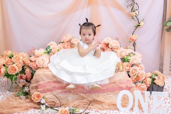 Bùi Tiến Dũng tổ chức sinh nhật cho con gái, hành động ôm hôn thắm thiết bà xã chiếm trọn spotlight-3