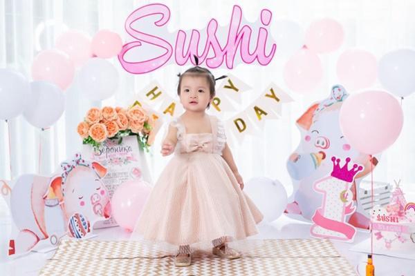 Bùi Tiến Dũng tổ chức sinh nhật cho con gái, hành động ôm hôn thắm thiết bà xã chiếm trọn spotlight-4
