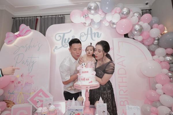 Bùi Tiến Dũng tổ chức sinh nhật cho con gái, hành động ôm hôn thắm thiết bà xã chiếm trọn spotlight-7